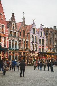 Gepflasterter Platz in einer Belgischen Altstadt