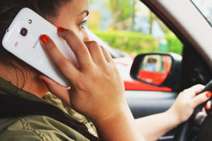 Frau telefoniert am Steuer