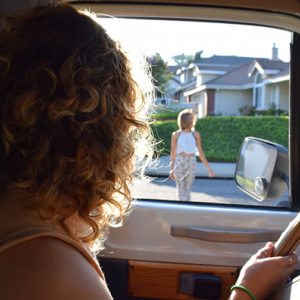 Junge Frau mit Führerschein holt ihre Freundin ab