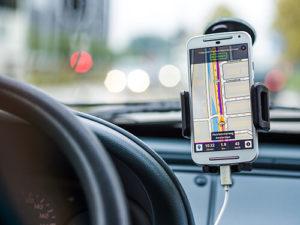 Smartphone in einer erlaubten Halterung für die Verwendung im Auto