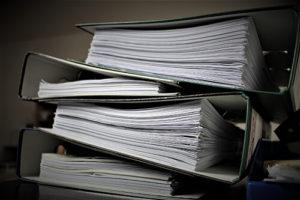 Ordner mit Bußgeldbescheid und Gerichtsdokumenten