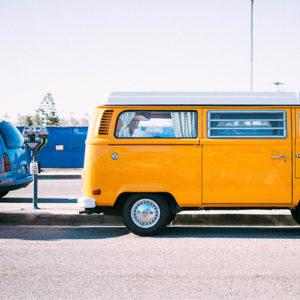 Gelber Bus mit Parkuhr in den Niederlanden