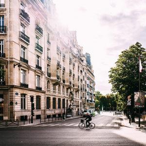 Eine Straße mit Zebrastreifen in Frankreich