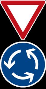 Typische Verkehrsteichen an einem Kreisverkehr (Kreisverkehr, Vorfahrt Achten)
