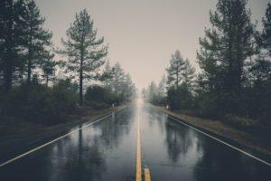 Wasser steht auf einer einspurigen Landstraße