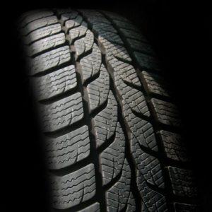 Reifenprofil eines wenig abgefahrenen Autoreifens