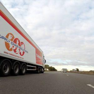 Ein LKW fährt mit überhöhter Geschwindigkeit auf der Autobahn